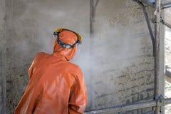 Byggnadsarbetare på scaffold Royaltyfri Bild