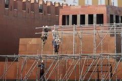 Byggnadsarbetare på väggen Royaltyfri Foto