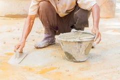 byggnadsarbetare rappade reparationsgolvet i arbetsplatsbyggande ett hus arkivbilder