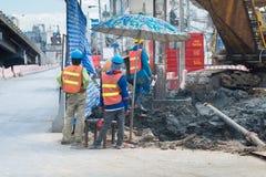 Byggnadsarbetare som arbetar, i att trava för platsbro Royaltyfria Foton