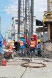 Byggnadsarbetare som arbetar, i att trava för platsbro Fotografering för Bildbyråer