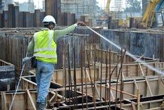 Byggnadsarbetare som besprutar den kemiska behandlingen för anti-termit Royaltyfri Bild