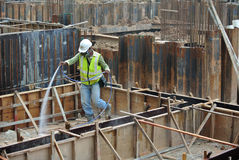 Byggnadsarbetare som besprutar den kemiska behandlingen för anti-termit Royaltyfria Bilder