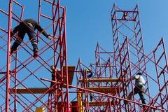 Byggnadsarbetare som bygger en ny struktur i stad arkivfoto