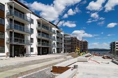 Byggnadsarbetare som bygger lägenheter - bred vinkel Royaltyfri Foto