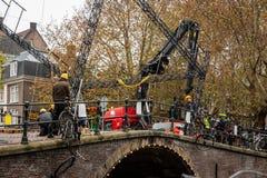 Byggnadsarbetare som bygger och gör reparationer på en stadsstenbro i Amsterdam arkivfoton