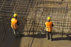 Byggnadsarbetare som fäster rebaren royaltyfri bild