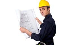 Byggnadsarbetare som granskar ritningen Royaltyfri Bild