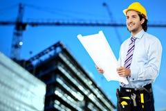 Byggnadsarbetare som granskar ritningen Arkivfoton