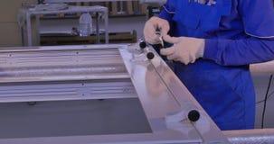 Byggnadsarbetare som installerar fönstret på tillverkning Monterande glass paneler för manuell arbetare för PVC-fönster arkivfilmer