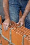 Byggnadsarbetare som lägger det ihåliga lerakvarteret Royaltyfri Fotografi