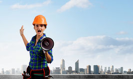 Byggnadsarbetare som meddelar något Royaltyfri Bild