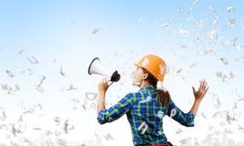 Byggnadsarbetare som meddelar något Fotografering för Bildbyråer