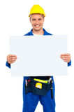 Byggnadsarbetare som rymmer den blanka affischtavlan Arkivfoto