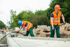 Byggnadsarbetare under deras arbete Arkivfoto