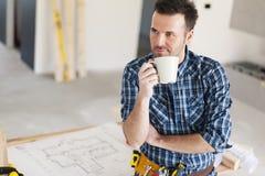 Byggnadsarbetare under kaffeavbrott royaltyfri foto