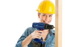 Byggnadsarbetare Using Power Drill på träplanka royaltyfri bild