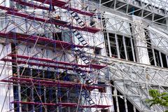 Byggnadsarbetareförberedelse för bindande stålram och konkret arbete royaltyfri fotografi