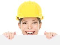 Byggnadsarbetaren/iscensätter kvinnan som visningen undertecknar Arkivfoton