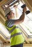 Byggnadsarbetaren Using Drill To installerar fönstret Royaltyfria Foton