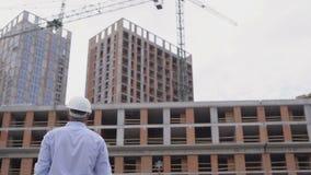Byggnadsarbetaresignaler till Crane Operator på konstruktionsplats 4K lager videofilmer