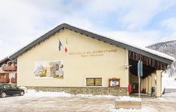 Byggnadsbarns skola Skidar semesterorten Livigno Arkivfoton