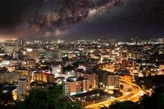 Byggnadscityscape för härlig sikt i nigh platshimmel Arkivfoto