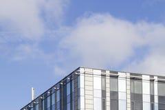 byggnadsexponeringsglas gjorde modernt kontorsstål Lowen metar beskådar 1 bakgrund clouds den molniga skyen Royaltyfri Foto