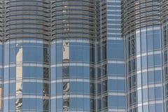 Byggnadsfönster som reflekterar himmel Fotografering för Bildbyråer