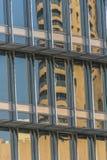 Byggnadsfönster som reflekterar himmel Arkivbilder