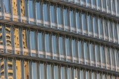 Byggnadsfönster som reflekterar himmel Royaltyfri Fotografi