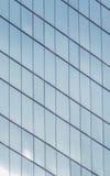 Byggnadsfönster som reflekterar himmel Arkivfoton