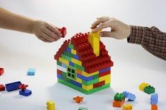 Byggnadsförhållanden av lycklig familj 2 Arkivbilder