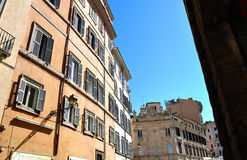 Byggnadsfaçades i Rome Arkivbilder