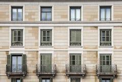 Byggnadsfasad, 12 fönster århundradestil för th 20 Arkivfoton