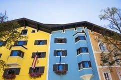 Byggnadsfasad i medeltida stad av Kitzbuhel, Österrike Fotografering för Bildbyråer