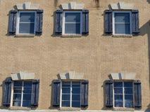 Byggnadsfasad med fönster Royaltyfria Bilder
