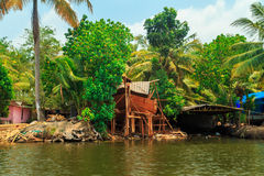 Byggnadshusbåt på kanalerna av Alleppey Royaltyfria Bilder