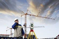 Byggnadsindustri och suveying tekniker Fotografering för Bildbyråer