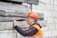 Byggnadsinspektör nära oavslutat hus arkivfoton
