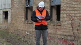 Byggnadsinspektör som kontrollerar dokumentation stock video