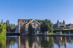 Byggnadskanal Bruges Belgien Fotografering för Bildbyråer