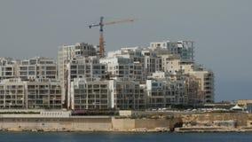 Byggnadskonstruktion med kranar Konstruktion av mång--våning byggnader Arbetararbete på byggnadsobjekt stock video