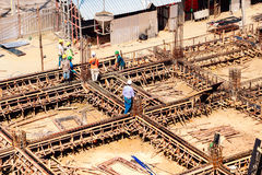 byggnadskonstruktion under arbetare Arkivfoton