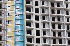 Byggnadskonstruktionsplats från betong och tegelsten Arkivbild
