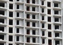 Byggnadskonstruktionsplats från betong och tegelsten Arkivbilder