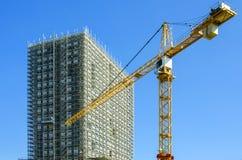 Byggnadskonstruktionsplats med kranen Arkivfoton