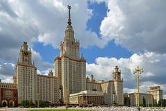 byggnadslomonosovhuvudmoscow delstatsuniversitet Det centrala tornet är 240 M högväxt, 36 höga berättelser Det byggdes i 1953 Arkivbild