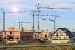Byggnadsplats av många hus i skalkonstruktion arkivbilder