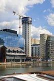 Byggnadsplats med kranar i den Canary Wharf arian Fotografering för Bildbyråer